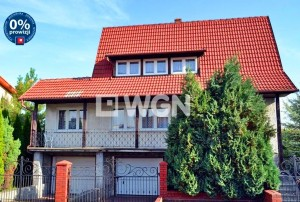 na zdjęciu dom na sprzedaż w Bolesławcu widziany z perspektywy ulicy