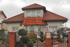 na zdjęciu dom na sprzedaż, widok od strony ulicy