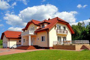 na zdjęciu luksusowy dom do sprzedaży na Mazurach