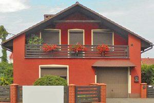 zdjęcie przedstawia widok od frontu na dom do sprzedaży położony w okolicach Leszna