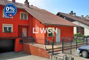 na zdjęciu widok na front domu w Bolesławcu do sprzedaży