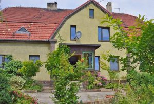 na zdjęciu front domu do sprzedaży w okolicach Szprotawy