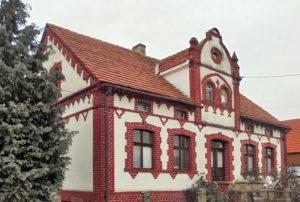 na zdjęciu front domu do sprzedaży w okolicach Wrocławia