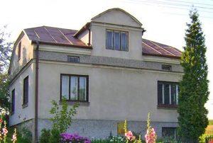 na zdjęciu widok od strony ogrodu na dom w okolicy Rzeszowa do sprzedaży