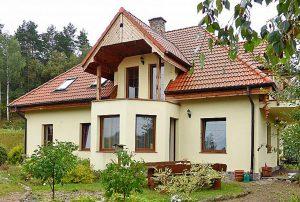 na zdjęciu front domu na Mazurach do sprzedaży