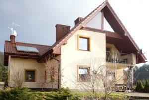 na zdjęciu front domu do sprzedaży w okolicy Krakowa