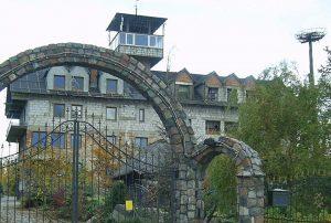 zdjęcie przedstawia widok od frontu na dom na Mazurach do sprzedaży