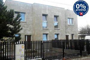 na zdjęciu widok z ulicy na dom w zabudowie bliźniaczej do sprzedaży w Grodzisku Mazowieckim