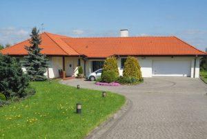 na zdjęciu front domu do sprzedaży w Piotrkowie Trybunalskim