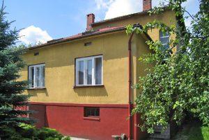 zdjęcie przedstawia widok z ogrodu na dom w okolicy Trzebini do sprzedaży