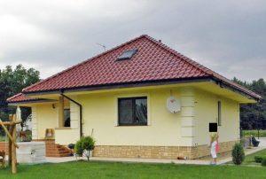 na zdjęciu widok od strony ogrodu na dom do sprzedaży w okolicy Kwidzyna