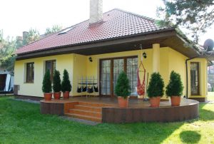 na zdjęciu widok od strony ogrodu na dom do sprzedaży w Ciechocinku