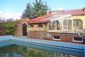 widok od strony basenu na dom w okolicy Chojnic na sprzedaż