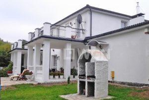 na zdjęciu widok od strony ogrodu na dom do sprzedaży nad morzem