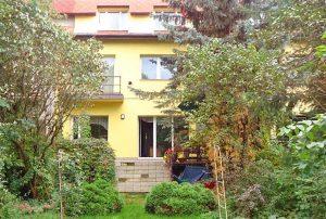 widok od strony ogrodu na dom do sprzedaży w Łodzi