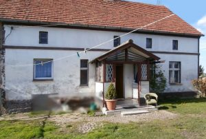 na zdjęciu front przedwojennego domu do sprzedaży w Żaganiu