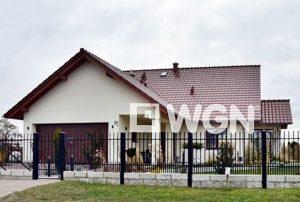 widok z ulicy na front domu do sprzedaży w Bolesławcu