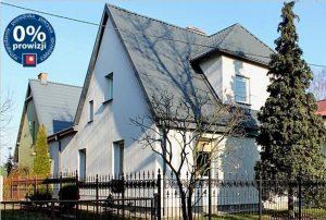 widok od strony ulicy na front domu do sprzedaży w Tczewie