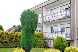zdjęcie przedstawia widok od strony ogrodu na dom do sprzedaży w okolicy Żagania