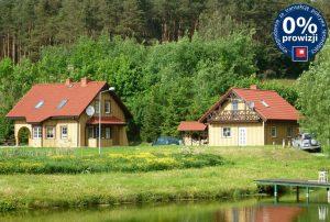 widok od strony stawu na dwa domy do sprzedaży w okolicy Kwidzyna