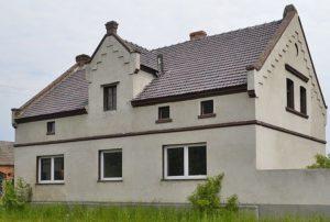 na zdjęciu widok od tyłu na dom w okolicy Leszna do sprzedaży