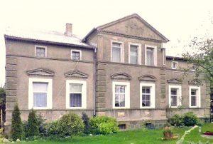 widok od strony ogrodu na dom do sprzedaży w okolicach Drawska Pomorskiego